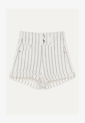 UND UMGESCHLAGENEM SAUM  - Denim shorts - white