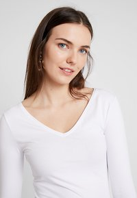Zalando Essentials - Long sleeved top - white - 3