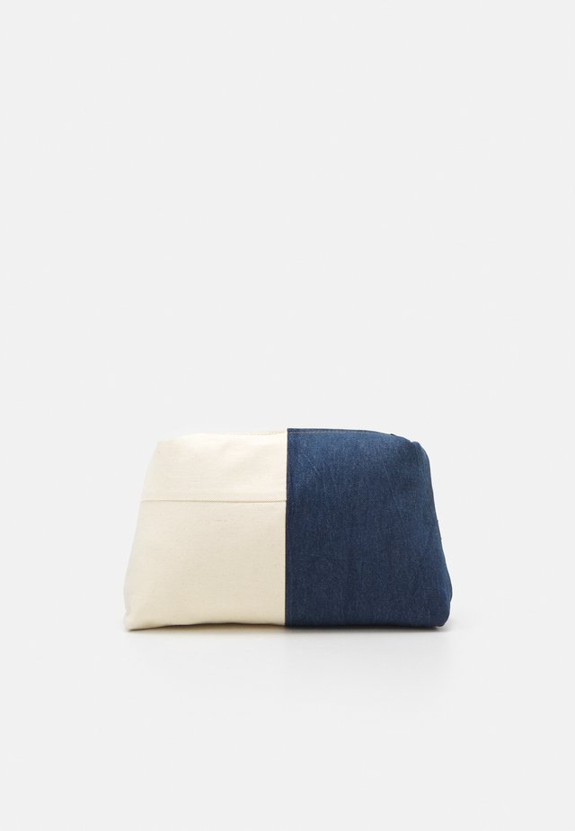LEVI'S® X PORTO ALEGRE LARGE DENIM POUCH - Kosmetická taška - light-blue denim/beige