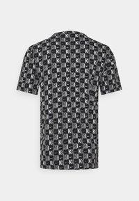 Nike Sportswear - TEE HIGHER - T-shirt med print - white/black - 1