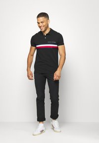 Tommy Hilfiger - GLOBAL CHEST TAPE SLIM - Polo shirt - black - 1