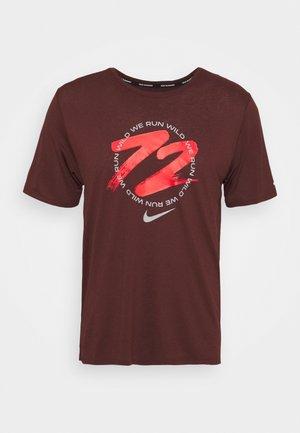 MILER - T-shirt print - mystic dates/chile red/white/reflective silver