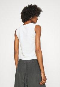 Club Monaco - SLVLESS TWIST FRONT KNIT - Basic T-shirt - white - 2