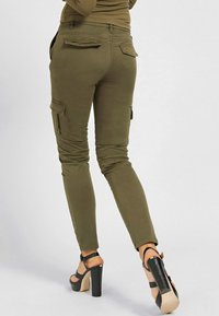 Guess - SEXY CARGO PANT - Cargo trousers - braun - 2