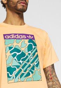 adidas Originals - SUMMER TONGUE UNISEX - Triko spotiskem - acid orange - 4