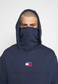 Tommy Jeans - BADGE FUNNEL NECK HOODIE - Sweat à capuche - navy - 3