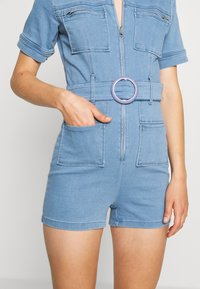 Missguided - SELF BELTED PLAYSUIT - Overall / Jumpsuit /Buksedragter - light wash - 5