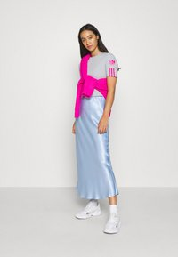 adidas Originals - ADICOLOR SLIM SHORT SLEEVE TEE - Print T-shirt - grey two/shock pink - 1