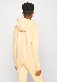 Nike Sportswear - HOODIE - Jersey con capucha - orange chalk/white - 2