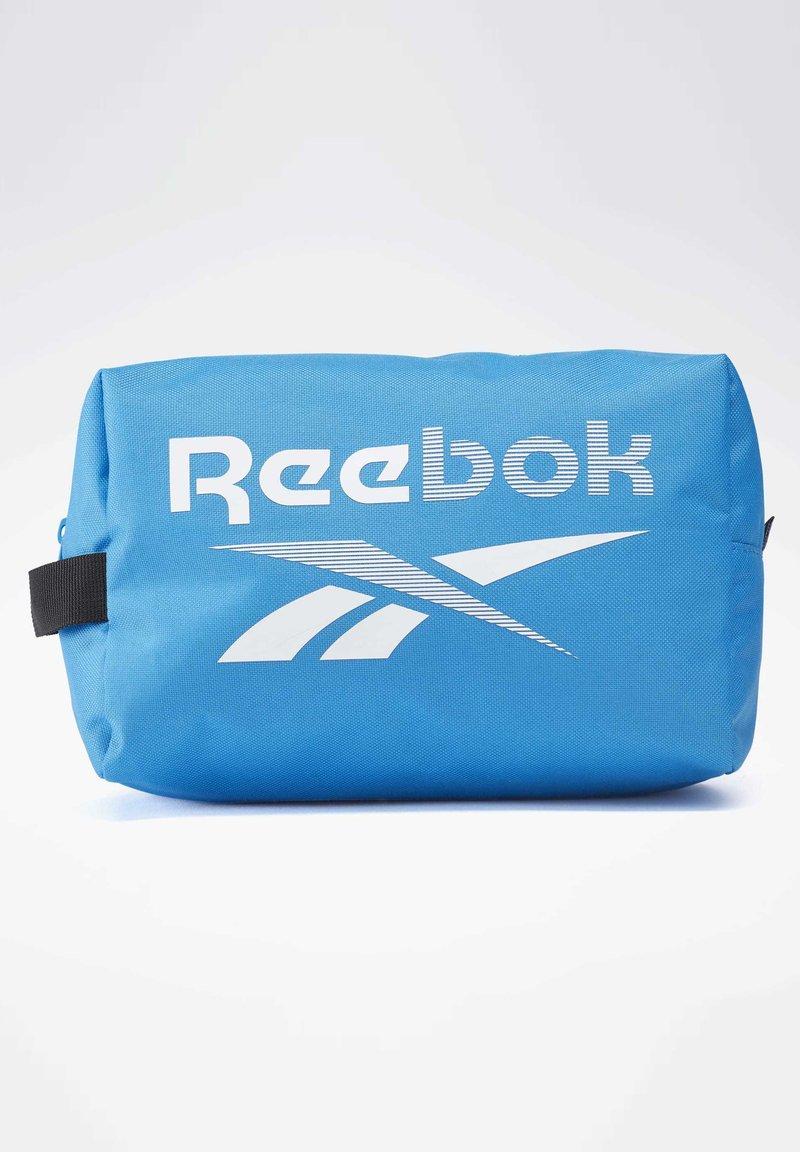 Reebok - TRAINING ESSENTIALS TOILETRY BAG - Wash bag - blue