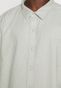 DOCKERS - SHIRT - Overhemd - aqua grey - 5