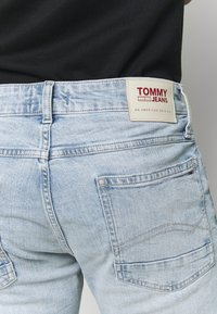 Tommy Jeans - RONNIERELAXED - Džínové kraťasy - light-blue denim - 4