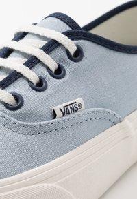 Vans - AUTHENTIC - Sneakersy niskie - celestial blue/marshmallow - 6