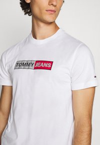 Tommy Jeans - METALLIC GRAPHIC TEE - Print T-shirt - white - 5