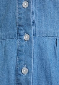 VILA PETITE - VIFANZI MIDI STRAP DRESS - Denimové šaty - light blue denim - 2