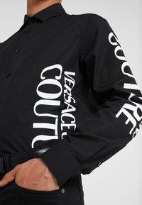Versace Jeans Couture - CAMICIE UOMO - Vapaa-ajan kauluspaita - nero - 6