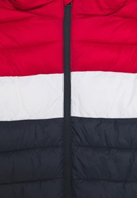 Jack & Jones Junior - JJEMAGIC PUFFER HOOD - Kurtka zimowa - navy blazer/tango red - 2