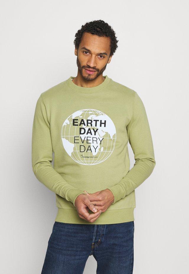 EARTHDAY EVERYDAY GLOBE CREW NECK - Felpa - sage