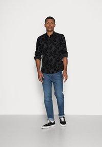 Twisted Tailor - ARMADA SHIRT - Camicia - black - 1