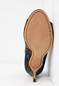 DKNY - ISSA - Kotníková obuv na vysokém podpatku - black - 6