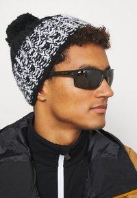 Oakley - GIBSTON UNISEX - Sunglasses - olive ink - 0