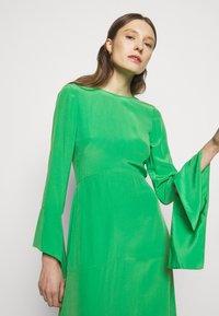 Victoria Beckham - HANKERCHIEF SLEEVE MIDI - Cocktailklänning - emerald green - 4