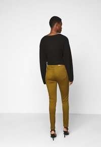 Vero Moda Tall - VMHOT SEVEN MR SLIM PUSH UP PANT - Trousers - fir green - 2