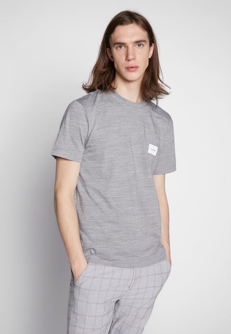 Calvin Klein - MOULINE CHEST LOGO - Triko spotiskem - grey