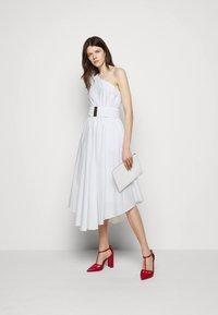MICHAEL Michael Kors - ONE SHOULDER MIDI DRESS - Denní šaty - white - 1