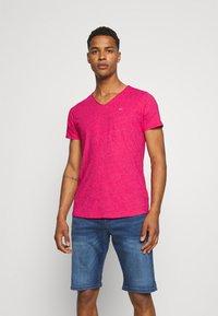 Tommy Jeans - SLIM JASPE V NECK - T-shirt - bas - pink - 0