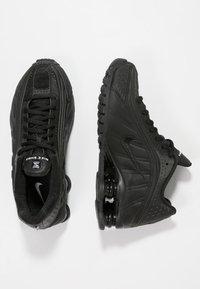 Nike Sportswear - SHOX R4 - Sneakersy niskie - black - 0