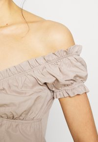 NA-KD - OFF SHOULDER CUP - Svetr - light beige - 4