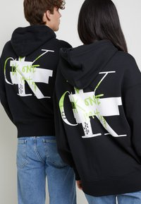 Calvin Klein Jeans - GRAPHIC HOODIE UNISEX - Sweatshirt - black - 7