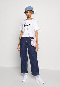 Nike Sportswear - T-shirt z nadrukiem - white/black - 1