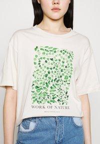 Monki - TOVI TEE - T-shirts med print - white dusty light - 5