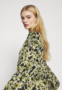 Never Fully Dressed - LEAF PANEL DRESS - Robe chemise - green - 4