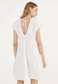 Bershka - MIT KURZEN ÄRMELN - Robe d'été - white - 2
