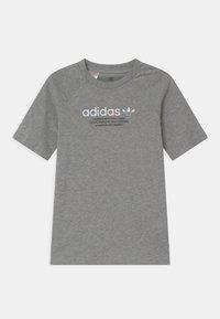 adidas Originals - UNISEX - Camiseta estampada - medium grey heather - 0
