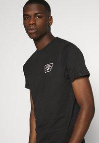 Vans - FULL PATCH BACK  - Print T-shirt - black/pink - 4