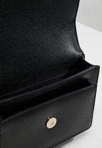 DKNY - BRYANT SMALL CHAIN FLAP - Across body bag - black/gold - 4