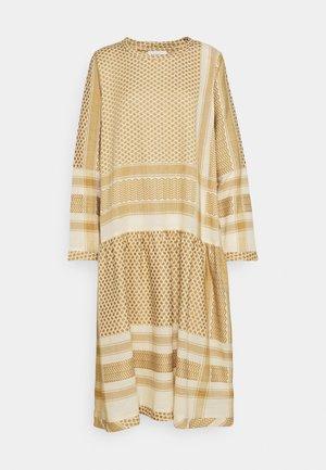 JOSEFINE - Denní šaty - birch/honey mustard