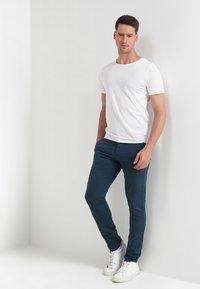 Selected Homme - SLHLUKE O-NECK TEE - T-shirt - bas - bright white - 1