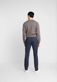 Selected Homme - SLHSLIM ARVAL PANTS - Spodnie materiałowe - navy blazer - 2