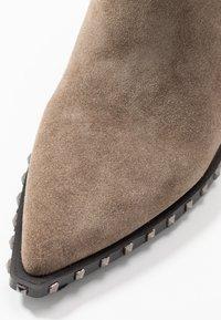Alma en Pena - Cowboy/biker ankle boot - taupe - 2