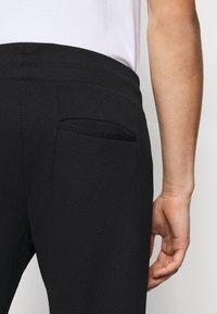 EA7 Emporio Armani - PANTALONI - Pantaloni sportivi - black - 4
