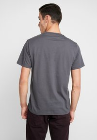 Levi's® - HOUSEMARK GRAPHIC TEE - T-shirts print - forge iron - 2