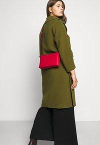 Calvin Klein - EVERYDAY DUO CROSSBODY - Sac bandoulière - red - 1