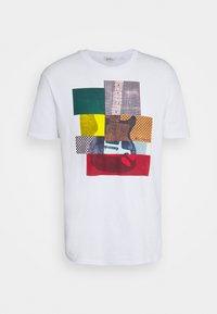 Ben Sherman - CROPPED GUITAR TEE - T-shirts med print - white - 4