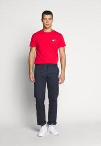 Tommy Jeans - BADGE TEE  - T-shirt basic - deep crimson - 1
