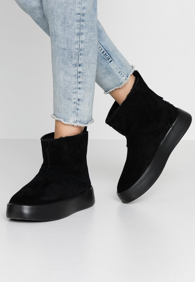 UGG - CLASSIC BOOM BOOT - Platform ankle boots - black
